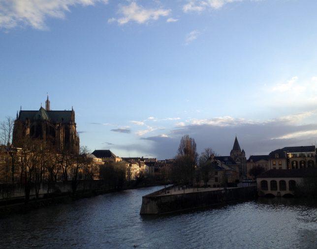 Vue la Moselle, la cathédrale Saint-Etienne et le Temple Neuf depuis le Pont Saint-Georges, Metz, avril 2016