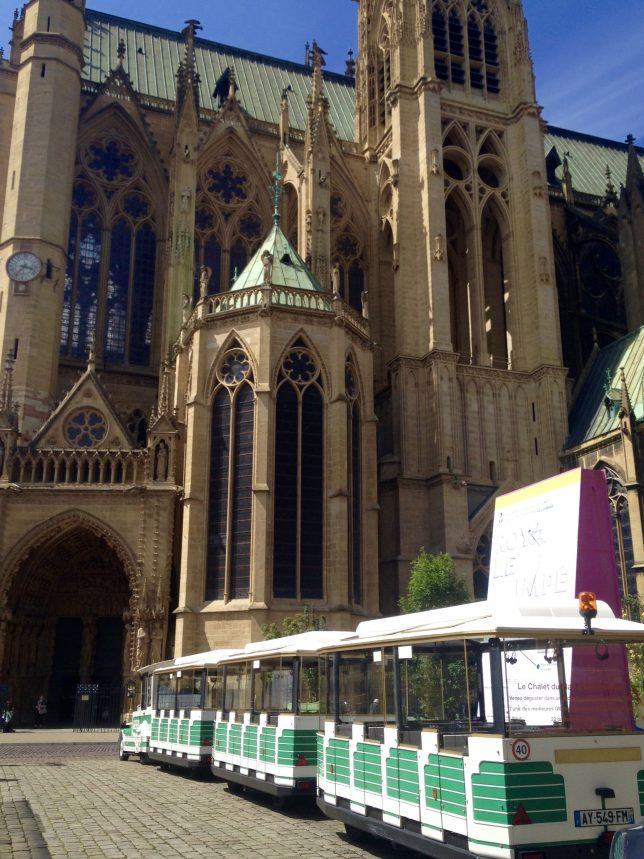 Le Petit train de tourisme de Metz, qui prend son départ au pied de la Cathédrale Saint-Etienne