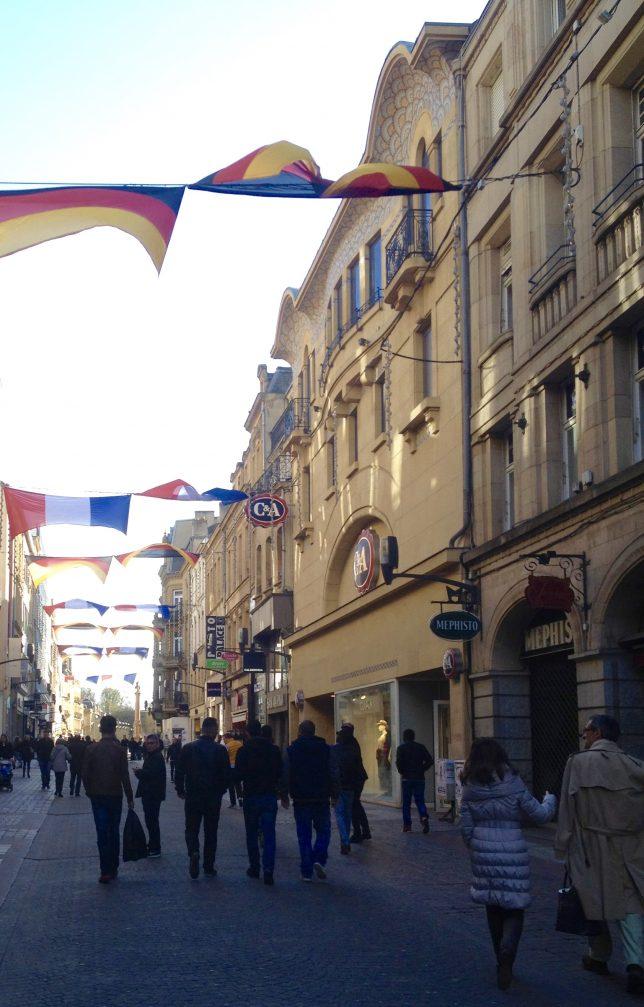 Rue Serpenoise à Metz, l'une des grandes artères commerçantes du centre-ville, pendant la Semaine Metz est wunderbar en avril 2016