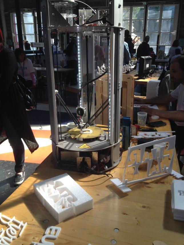 Une machine de gravure sur polystyrène appartenant au Numerifab, l'un des Fablabs présents à Blida au Festival des Makers 2016