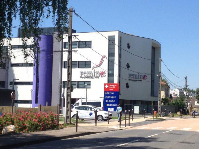Entrée principale de l'hôpital-clinique Claude Bernard à Metz et vue du bâtiment Feminae, dédié aux soins de la femme