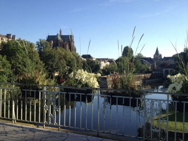 Départ de cette balade romantique : le Pont Saint-Georges et sa vue sur la cathédrale Saint-Etienne et le Temple Neuf