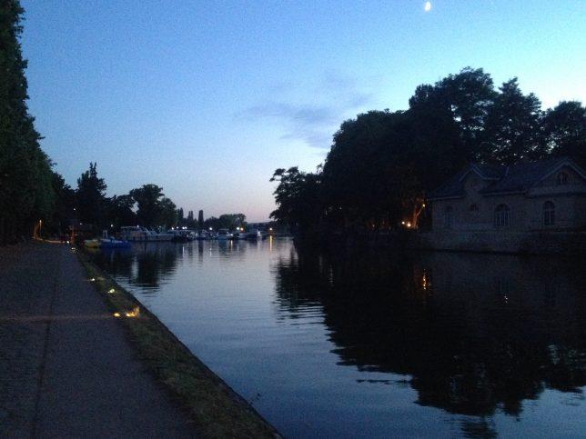 Le Plan d'eau de Metz à la tombée de la nuit : un lieu de promenade romantique !