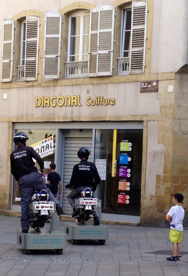 Drôles de flics dans les rues de Metz, croisés lors du Festival Hop Hop Hop en juillet 2016 : les Kiddy Ride Police Patrol