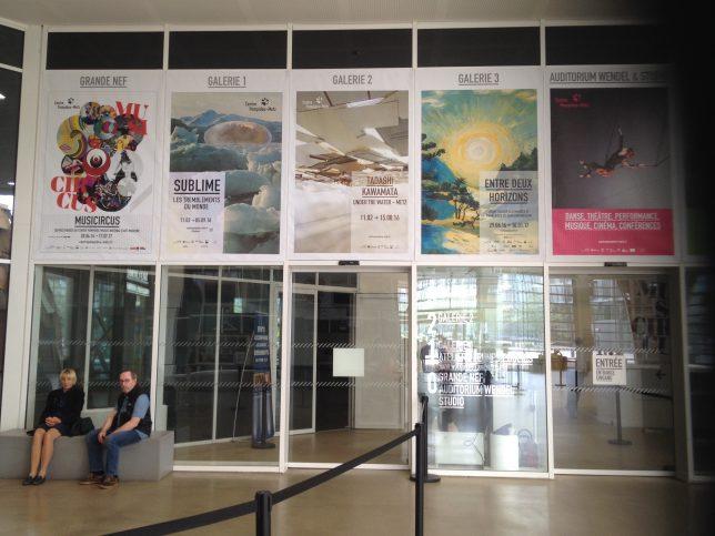 Entrée des galeries d'exposition du Centre Pompidou Metz avec les affiches des expositions en cours en juillet 2016