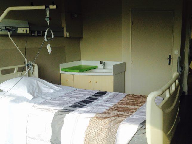 Chambre de maternité de l'hôpital-clinique Claude Bernard à Metz, équipée d'une table à langer et d'une baignoire pour bébé