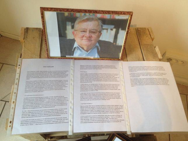 Au Hall Partage, une biographie courte mais passionnante et sans concession retrace la vie, la pensée, les oeuvres principales et la contribution à la Vie locale messine de Jean-Marie Pelt.