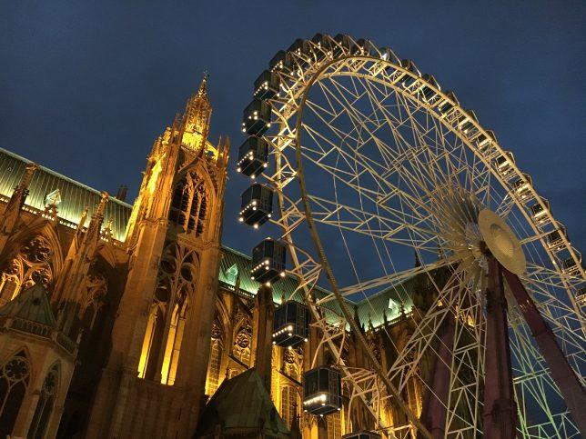 La grande roue de Noël dressée devant la cathédrale Saint-Etienne à Metz
