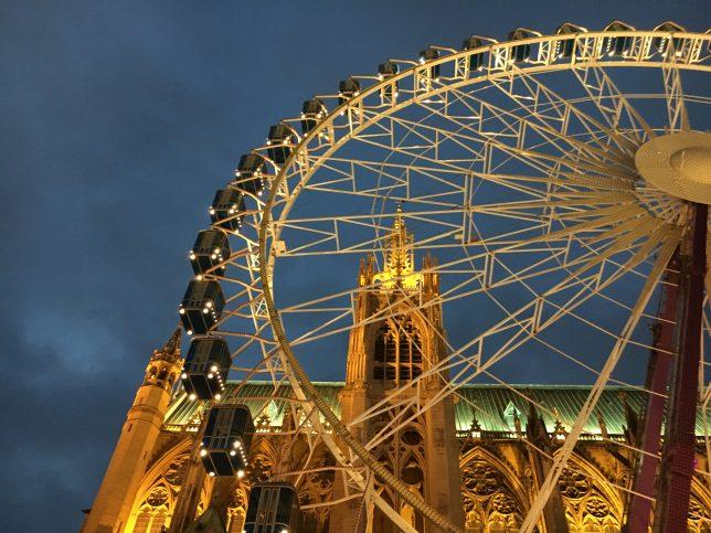 La grande roue devant la cathédrale Saint-Etienne à Metz