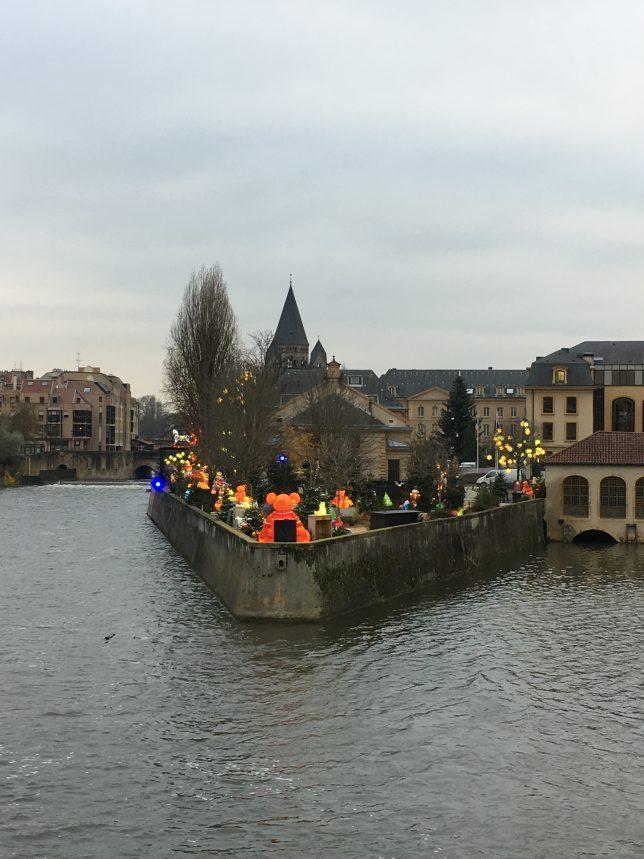 Le sentier des lanternes en cours d'allumage à Metz