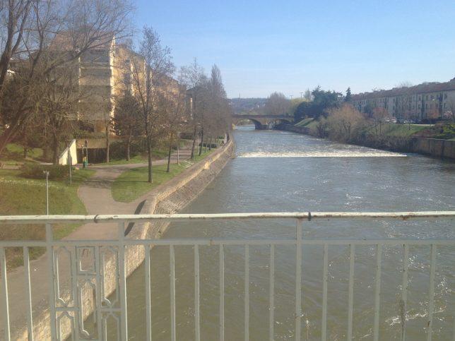 L'hôtel Ibis Cathédrale et le Pont des Grilles depuis le Pont Saint-Georges
