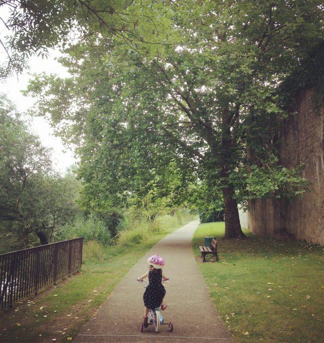 Petite cycliste sur la Promenade des Remparts, Metz