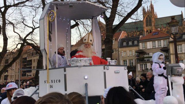 Saint Nicolas pendant son défilé Place de la Comédie à Metz, décembre 2016